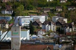 Auf dieser Teleaufnahme überragt (theoretisch) das Alters- und Pflegeheim Höchweid (Mitte) sogar den Landi-Turm (links vorne).