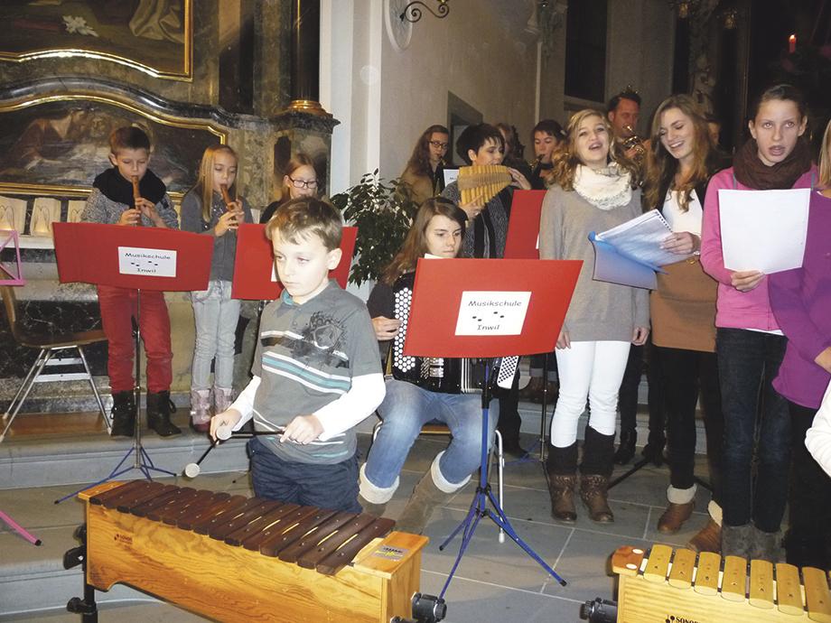 «Fröhliche Weihnacht überall»: Die Inwiler Musikschülerinnen und Musikschüler bei der Schlussdarbietung. Bild zvg