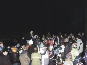Viele aufmerksame Zuhörer nahmen an der Pfadi-Weihnachtsfeier im Wald teil. Bild rmz