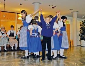 Kindertanzgruppe tanzt den Isenburg Schottisch.