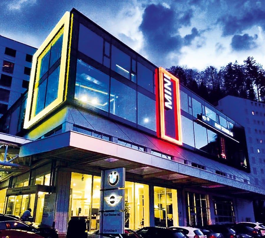 Aussenansicht des «MINI Luzern» bei Nacht.