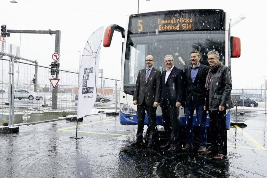 Martin Senn (Geschäftsführer Auto AG Rothenburg), Regierungsrat Robert Küng, Josef Schmidli (Gemeinderat Emmen) und Norbert Schmassmann (Direktor vbl) starten das Aktionsjahr auf der Baustelle des Bushubs am Seetalplatz.