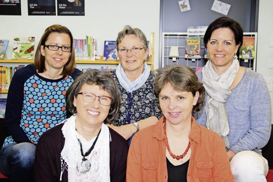 Die Bibliothekarinnen Daniela Bachmann, Lilo Keller, Vreni Bürkli, Brigitte Bründler und Janine Felder. Bild zVg.