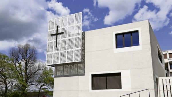 Wie ein Fels, ein Monolith, steht das neue Kirchenzentrum Höfli an der Hartenfelsstrasse in Ebikon. Bild Marcel Bucher.