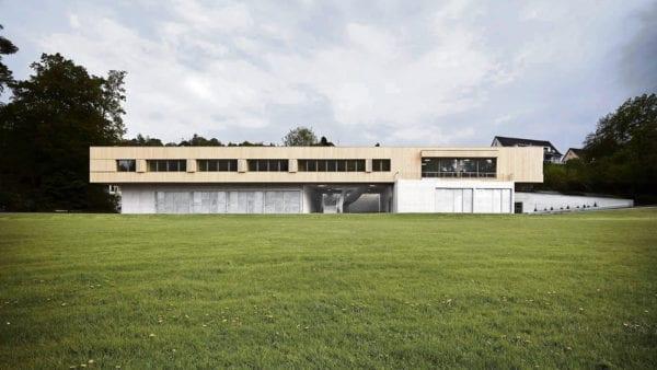 Moderne, sachliche Architektur prägt das langgestreckte Gebäude auf der Rotseematte. Bilder Valentin Jeck.