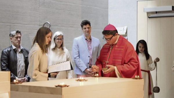 Inmitten von Gläubigen: Bischof Felix Gmür segnet den Franziskus-Altar im neuen Höfli-Pfarreizentrum.