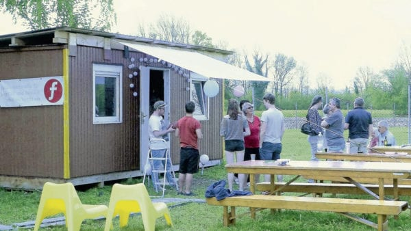 Interessierte beim Apéro vor dem neuen Jugendcontainer in Buchrain-Perlen. Bild zVg.