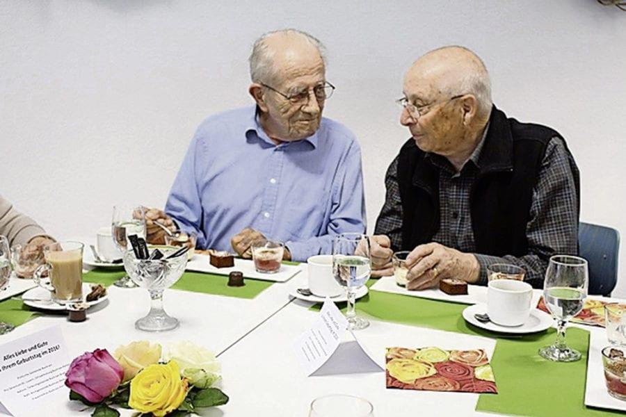 Edi Schmidli und Hans Küher in angeregter Unterhaltung.