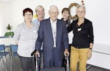 Alois Koch mit den Organisatorinnen: Auch mit 105 Jahren noch Hahn im Korb!