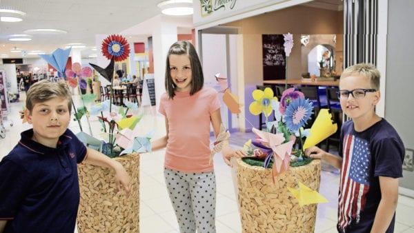 Sie sind stolz auf ihre sommerlichen «Sommerwiese»-Dekorationen: Viertklässler der Handarbeitslehrerin Tanja Hurni.