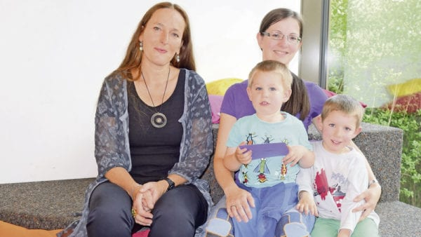 Agnes Ulrich (links) lag mit ihrer Schätzung am nächsten bei den 650 Neukunden der Bibliothek Ebikon und hat den Wettbewerb gewonnen. Astrid Breitenmoser erreichte mit ihren Kindern den dritten Platz. Bild zVg.