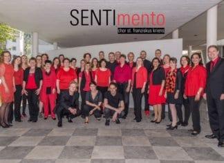 SENTImento Chor an der Firmung 2016 im Senti, mit der Band (vorne) und dem Chorleiter John Savelkoul (rechts). (zVg)