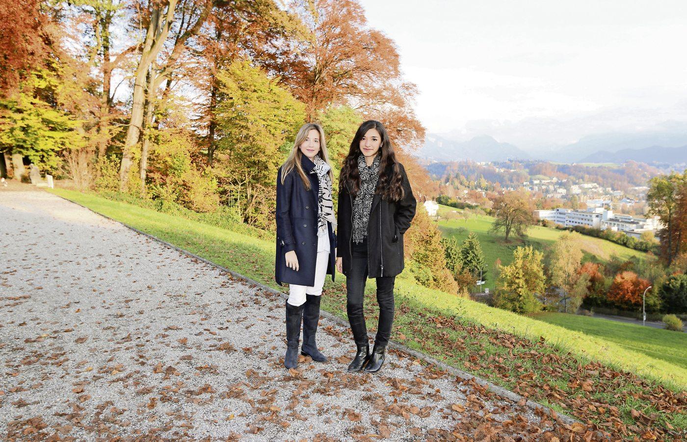 Laura Valkovsky (links) undBrenda Maiorini spielen das vierhändige Klavierstück «Lebensstürme» von Franz Schubert. Bild zVg.