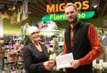 Ueli Ottiger, Stv. Filialleiter Migros Schweizerhof Luzern, übergibt Monica Grest den Hauptpreis. Bild zVg.