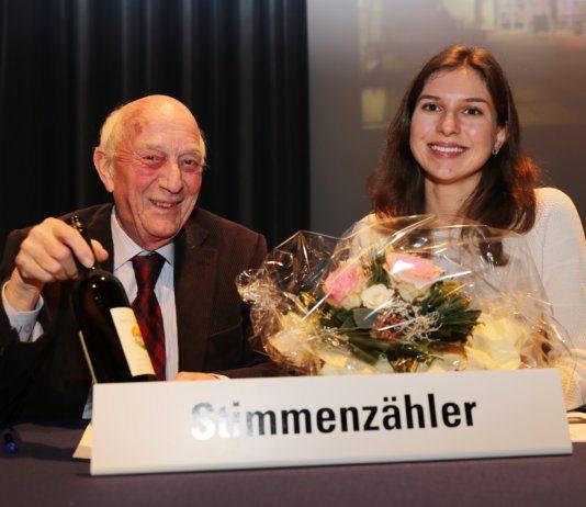 Die vom Gemeindepräsidenten beschenkten, abtretenden Urnenbüro-Mitglieder Jasmin Pürro und Anton Güggi amteten als Stimmenzähler. Bild zVg.