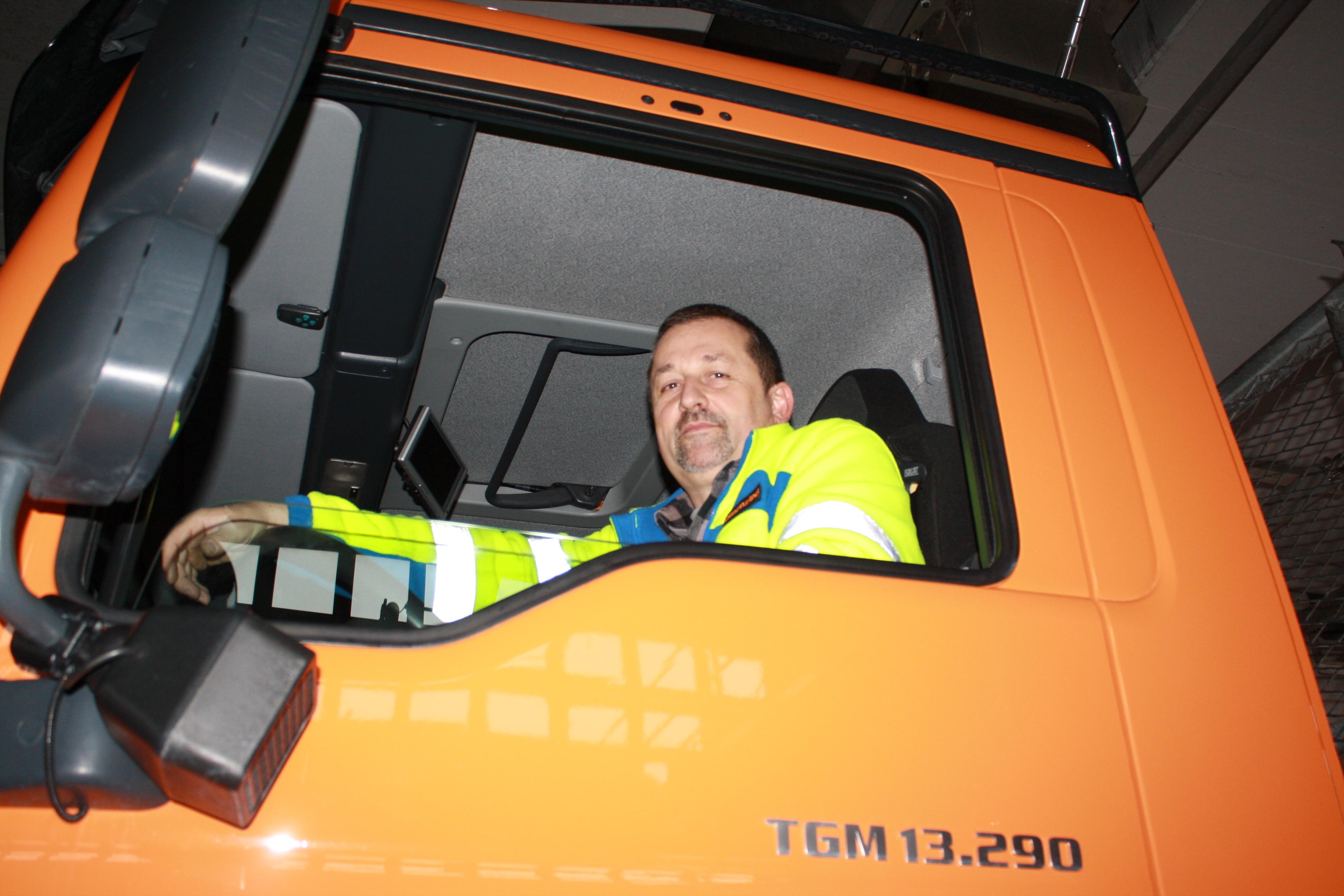 Alois Camenzind im grossen Fahrzeug des Werkdienstes. Bild Stefanie Egli