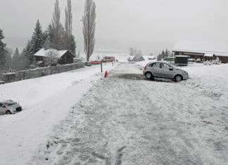 Das bergwärtsfahrende Auto kam erst circa 15 Meter unterhalb der Strasse zum Stillstand. Bild zVg.