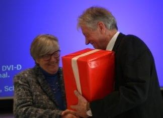 Werner Steinmann wird für seine erfolgreichen 15 Jahre als Vorsitzender geehrt und verdankt. Bild zVg.