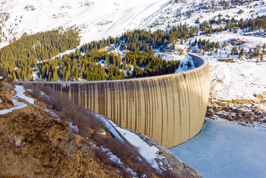 Durch die Nutzung von natürlichen Energiequellen und einer nachhaltigen Stromgewinnung können die schädlichen Emissionen verringert werden. Die Schweiz produziert rund die Hälfte des Stromes aus Wasserkraft. Bild: Fotolia, © djama