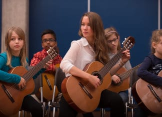 Die Musikschule Ebikon fördert auch sehr junge Gitarrentalente. Bild zVg.