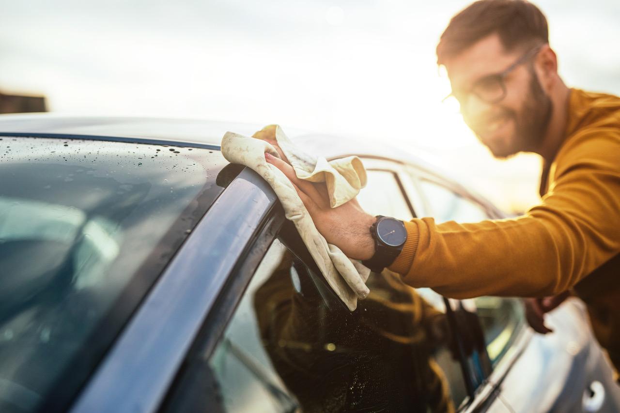 Eine gründliche Reinigung des Autos innen und aussen lohnt sich – nur so können Interessenten auch das Potenzial des Autos sehen und müssen es nicht hinter dreckigen Scheiben und dreckigen Fussmatten erahnen. Auch eine Politur kann helfen, das Auto aufzuwerten. Bild fotolia.de ©bernardbodo