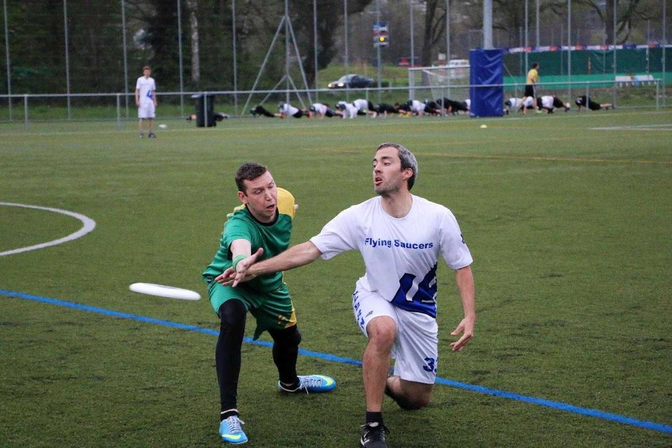 Andreas Wehrle von den Flying Saucers Luzern (im weissen Dress) spielt den Frisbee gekonnt am Gegner vorbei. Bild zVg.