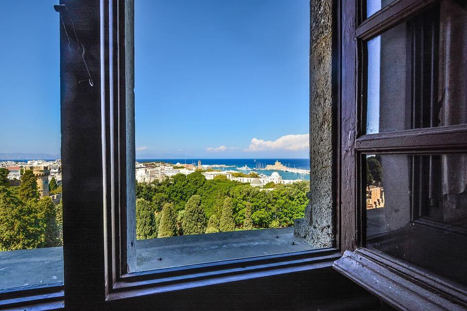 Zwischendurch das Fenster öffnen und den Blick in die Ferne schweifen lassen beugt trockenen Augen vor. Bild Pixabay kirkandmimi