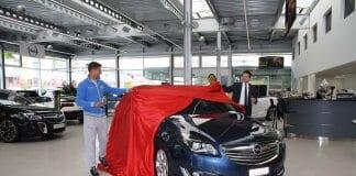 Andzejs Mitkewics und Toni Müller enthüllen feierlich den gesponserten Opel.