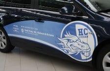 Die hellen Farben des HC Luzern-Logos kommen auf dem dunklen Fahrzeug gut zur Geltung.