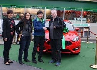 Offizielle Schlüsselübergabe – von rechts: Gewinner Patrick Bourquin, Tankstellenpächterin Nexhihate Hoxha sowie Corinne Ulmann und Seraina Tschiemer von BP (Switzerland).