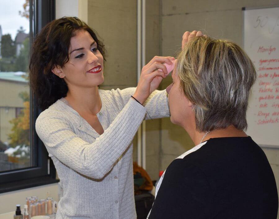 Mit Freude und konzentriert in ihrem Element: Linda Schumacher am Visagieren.