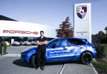 Marcel Bieri vor dem Porsche Zentrum Zug in Rotkreuz mit seinem Macan S Diesel – natürlich in passendem Zuger Blau.