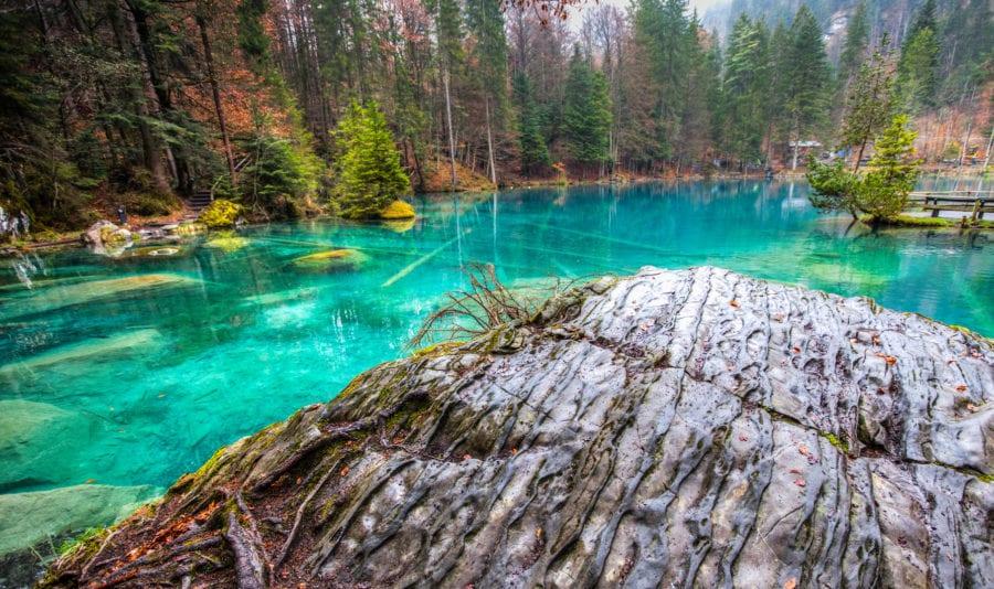 Ein toller Blick auf das türkisblaue Wasser, die Skulptur und den abwechslungsreichen Grund des Blausees. fotolia.com © akulamatiau #40781945