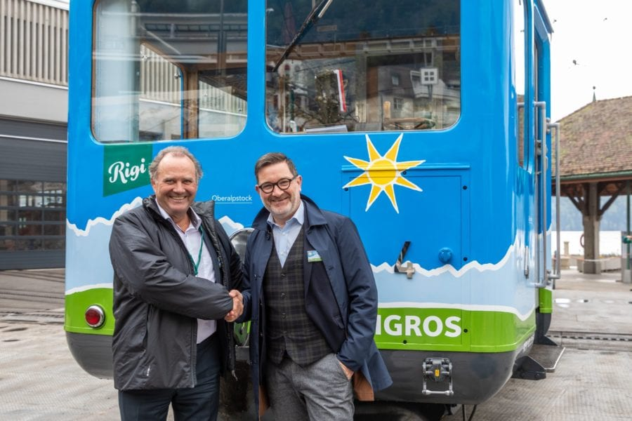 Felix Meyer (links), Geschäftsleiter der Migros Luzern, und Stefan Otz, CEO der RIGI BAHNEN AG, haben den AdR-Triebwagen feierlich eingeweiht.